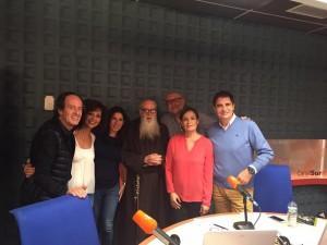 """fray Valentí Serra con el equipo de """"Aqui estamos"""", de Canal Sur Radio."""